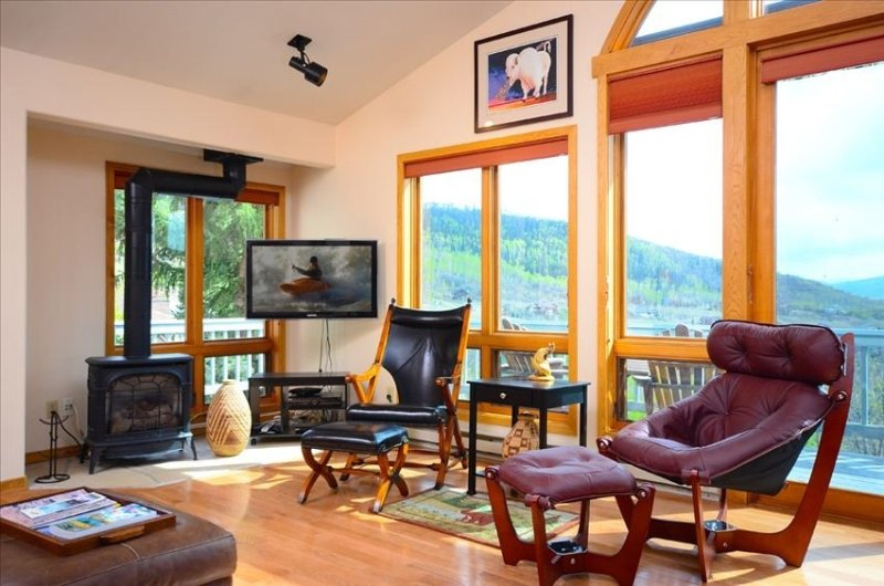 Amazing 40 Mile View! April Ski Discounts! Private Hot Tub + Heated Garage-2 car – semesterbostad i Steamboat Springs