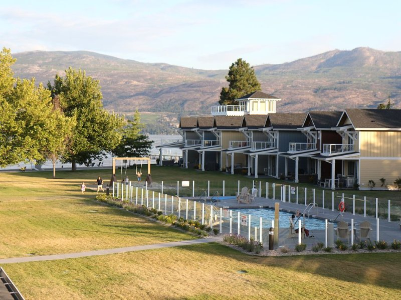 Lakefront Cottage with Pool, casa vacanza a West Kelowna