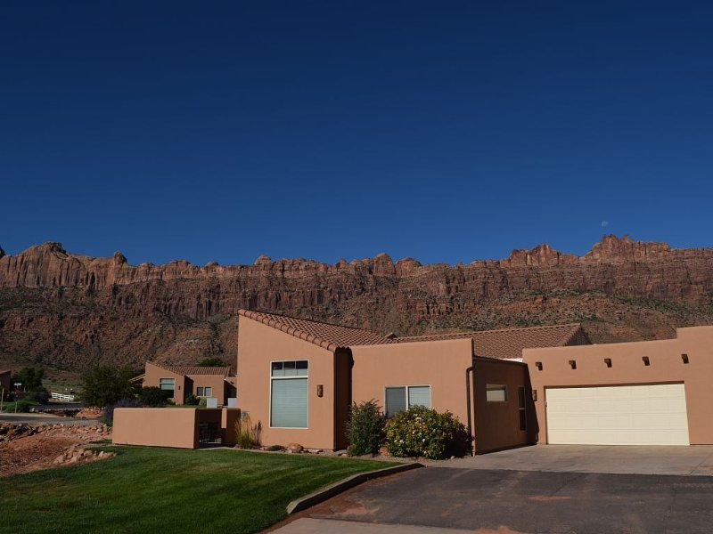 Mountain Views In The Heart Of Canyon Country; Hot Tub, Fireplace, Wi-fi + More, vacation rental in Moab
