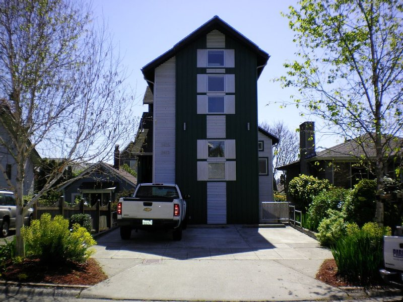 2 Bdrm- 2 lofts Ballard Apartment Air conditioned., vacation rental in Seattle