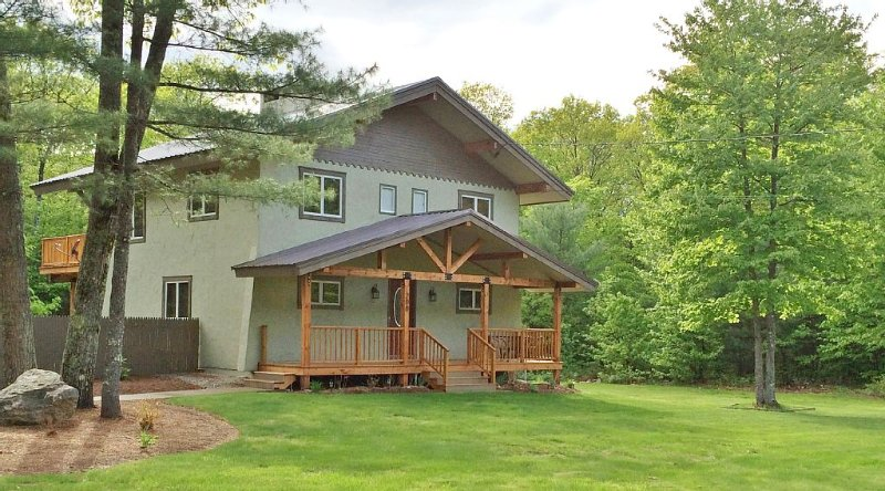 Newly Renovated, All Season Chalet-Style Home For A Family Or Friend Get Away, holiday rental in Conway
