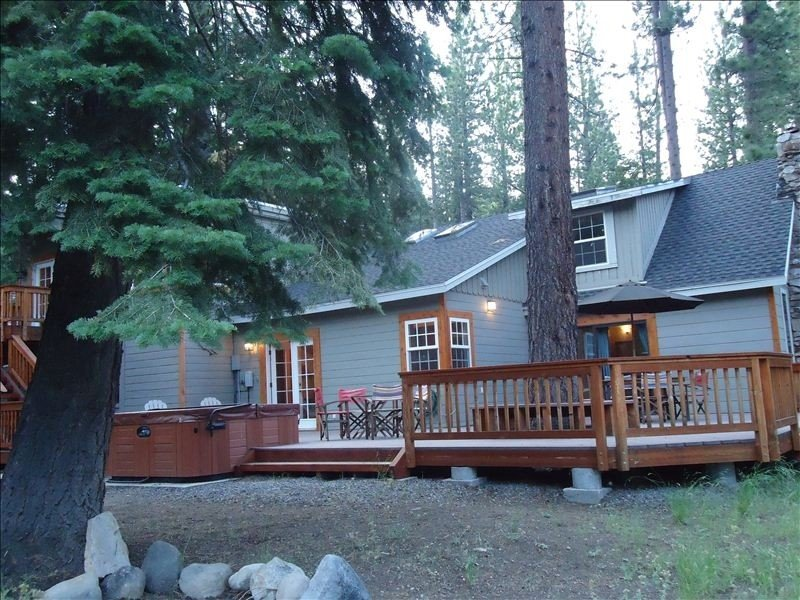 GREAT FAMILY GETAWAY!*Game Room*Hot Tub*Wi-Fi*Pets*Close to Ski/Beach/Eats – semesterbostad i Tahoe City