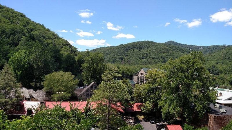 Summit Manor Quiet End Unit with MTN VIEWS on the Parkway in Downtown Gatlinburg, vacation rental in Gatlinburg
