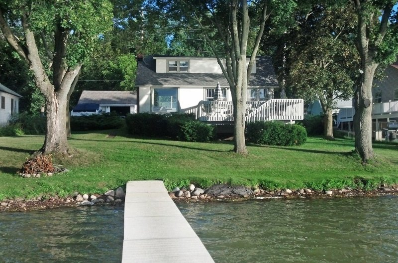 Beautiful Lake Front Home On Como with boat and motor included, holiday rental in Lake Geneva