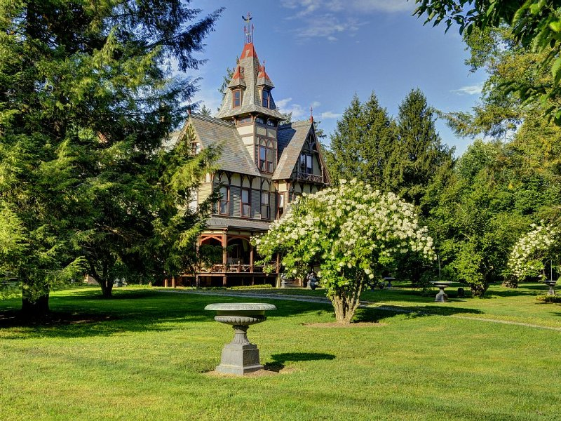 Elegant Historic Hudson Valley Gilded Age Mansion On 4+ Parklike Acres, holiday rental in Bangall