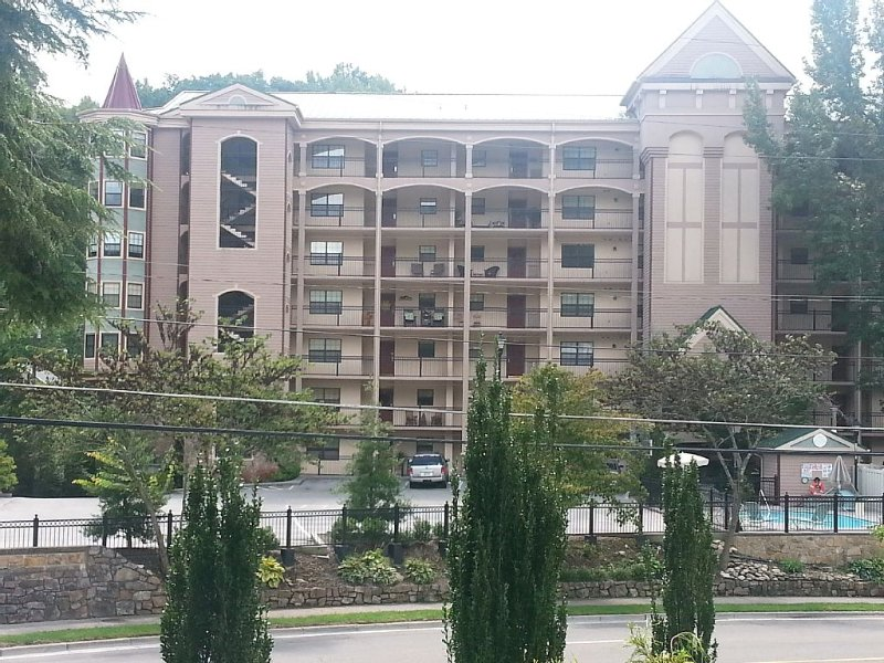 WELCOME! Spacious end unit! Wrap around balcony - covered parking!, vacation rental in Gatlinburg