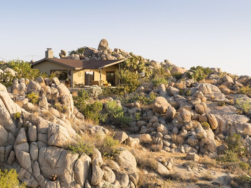 Joshua Tree Getaway. Private Boulder Wonderland. Rustic elegance. Sleeps eight., location de vacances à Yucca Valley