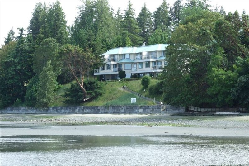 2 Bedroom Condo on Rathtrevor Beach - Pool Side, Ocean View, holiday rental in Parksville