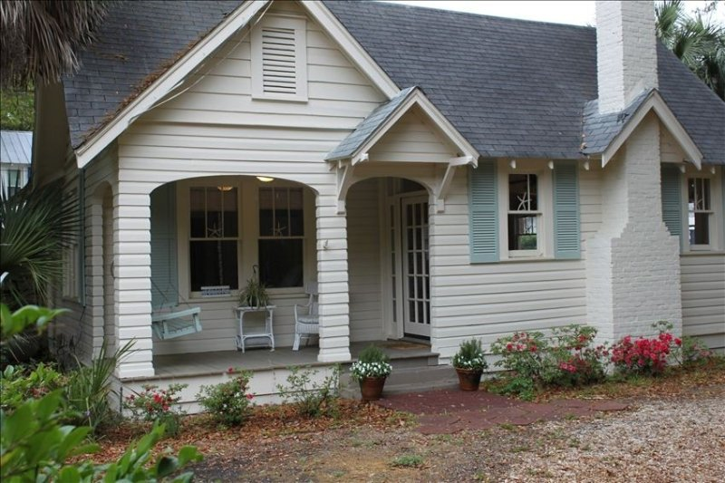Location! Location!  Short stroll to beach and village!, holiday rental in Saint Simons Island