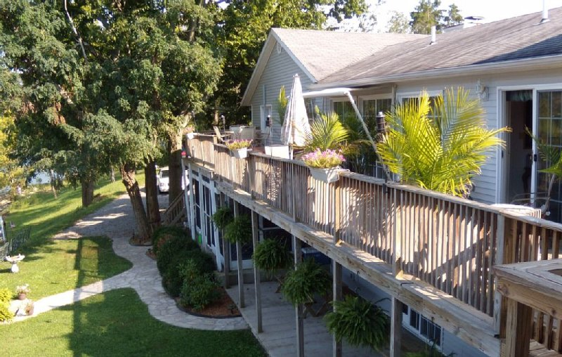 Spacious Lakefront Home On The Point With Great Views, vacation rental in Perryville