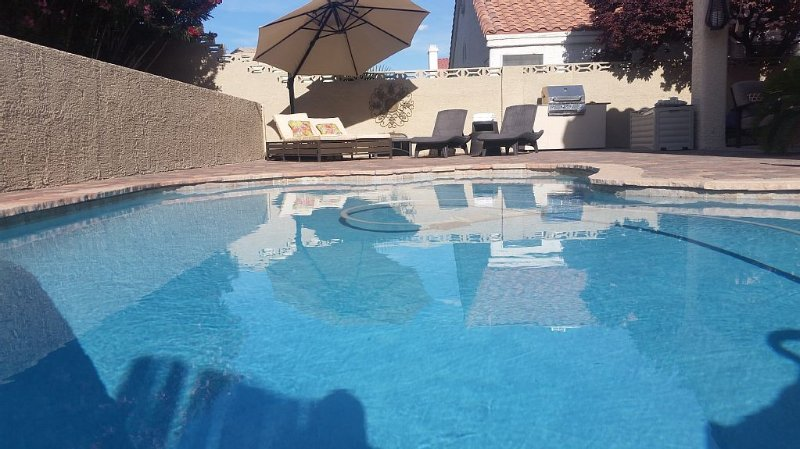 Beautiful Las Vegas/ Green Valley, 3bdrm, 2 bath  Pool home , 10 min from Strip, holiday rental in Henderson
