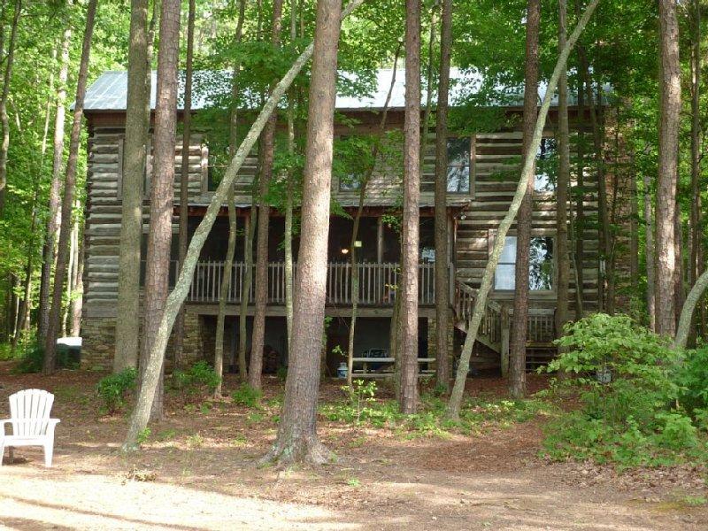 Private Lakefront Log Cabin, Ferienwohnung in Roxboro