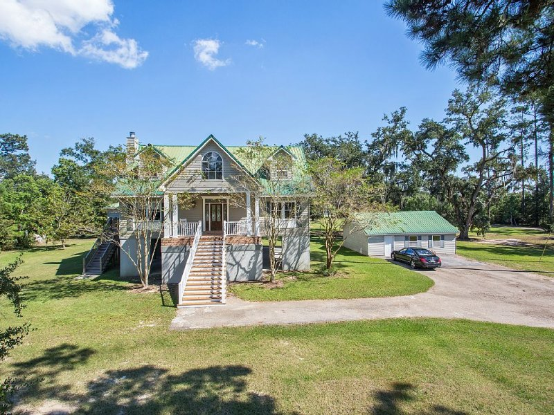 Experience South Louisiana Nature on the Bayou In This Private, Gated Estate., location de vacances à Lacombe