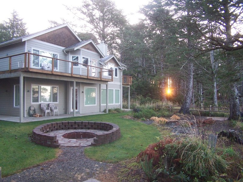 Breathtaking Beachfront Home on Two Acres of Private Forest, holiday rental in Moclips
