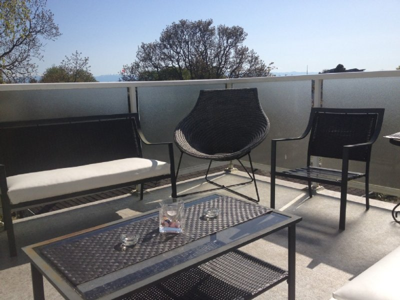 4Bdr Suite Amazing decks, Mtn views and all the extras, vakantiewoning in View Royal
