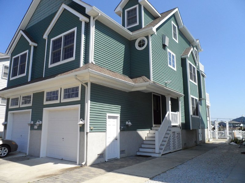Premium 44th Place Bayfront Property with Boat Slip( No Groups / Family Only), holiday rental in Sea Isle City