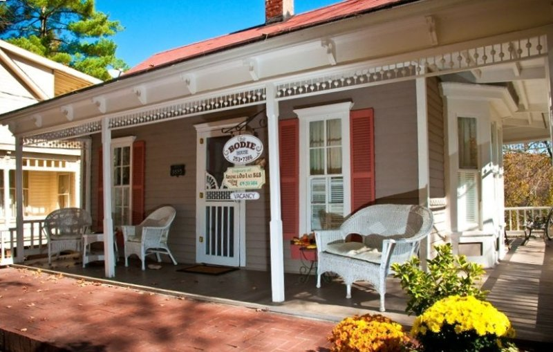 The Best Historic District Victorian Cottage in Eureka Springs, vacation rental in Eureka Springs