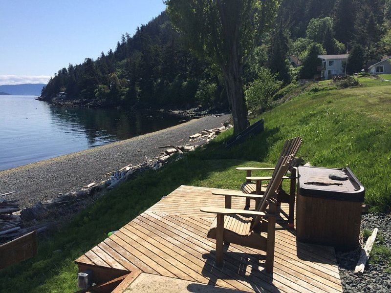 Waterfront Cabin Home with SPECTACULAR View! (*Seasonal solar pool), location de vacances à Eastsound