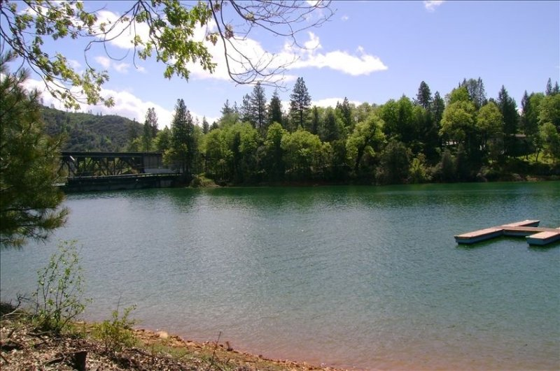The Best Deal on the Lake!!!, location de vacances à Trinity Center