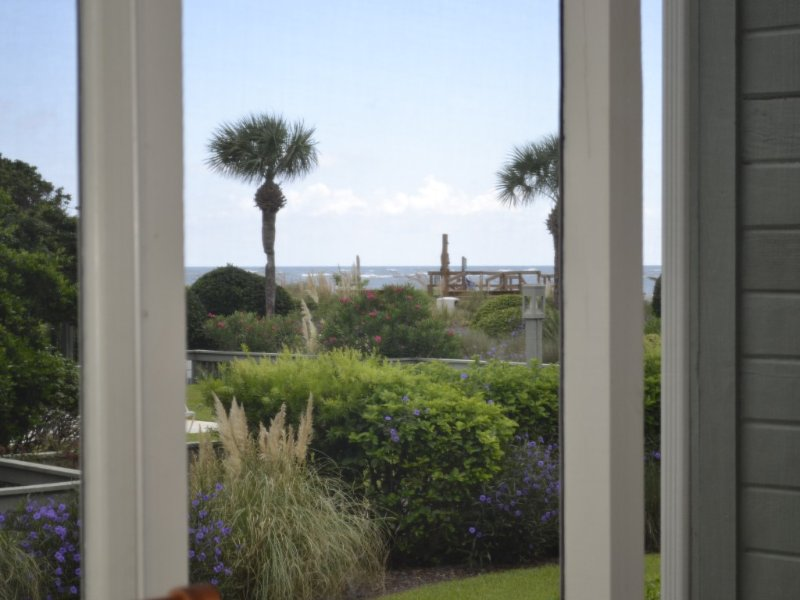 Great Oceanside Villa. Steps from the Beach and Pool, vacation rental in Isle of Palms