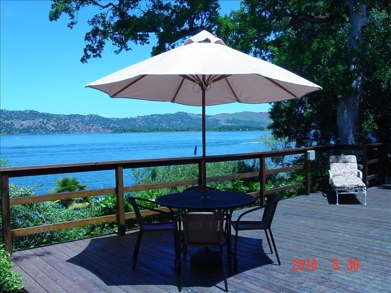 Lakefront Paradise-Family Fun,Fabulous Views,Private Lighted Pier&Dock, Kayaks!, holiday rental in Soda Bay