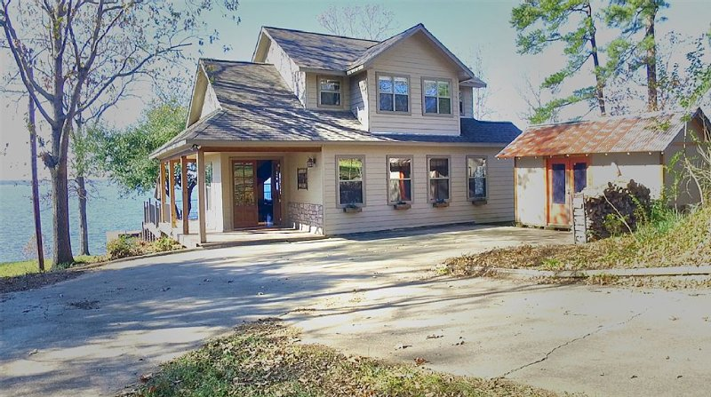 Toledo Bend Lakehouse - Mid Lake Waterfront Home On Main Lake | Amazing Sunsets!, holiday rental in Milam