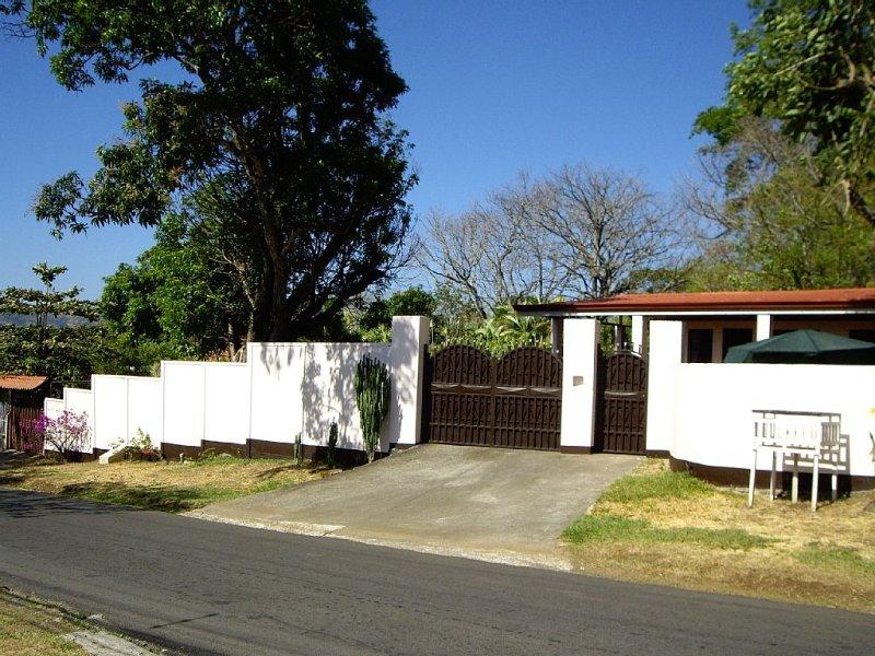 Casa de Megumi: Front Gate