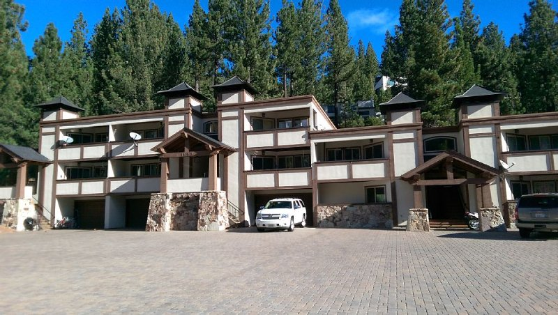 Squaw Valley Condo close to EVERYTHING! The Village, hiking, biking, ski lifts!, alquiler de vacaciones en Olympic Valley