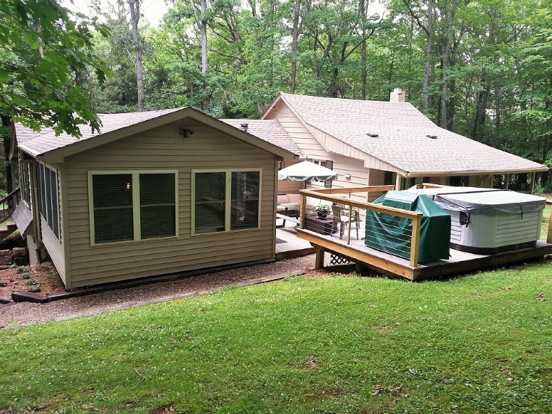 Turning Leaf Lodge--Cozy Cottage with Hot Tub/Spa  in Ohiopyle., vacation rental in Ohiopyle