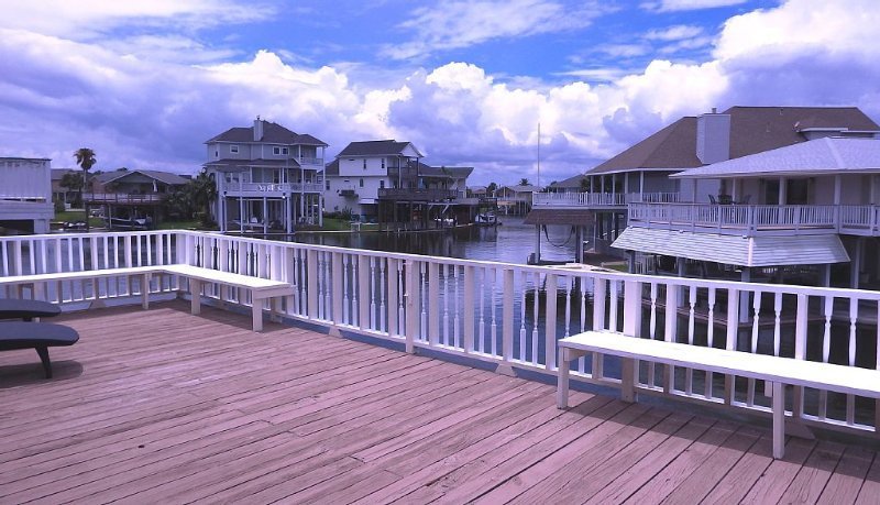 Multi-family water front canal home sleeps 14 with Bikes, Kayaks, Gas Grill, location de vacances à Jamaica Beach