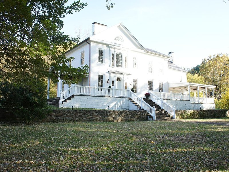 Historic Manor House on Shenandoah River in Virginia's Wine Country, holiday rental in Summit Point