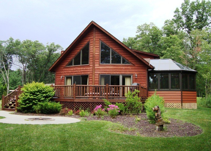 AMAZING 6 Bedroom Cedar Chalet With Finished Basement, Sunroom and Game Room, vacation rental in Wisconsin Dells
