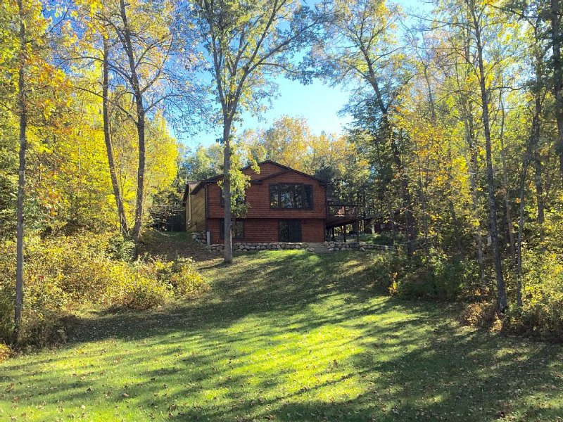 Beautiful Cabin With 3 Acres On Crystal Clear Lake Ossawinnamakee, aluguéis de temporada em Pequot Lakes