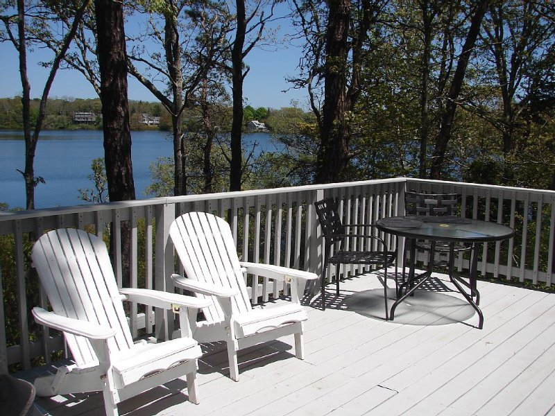 Cape Cod cottage on Depot Pond & bike trail with updated kitchen and bathroom., vacation rental in Eastham