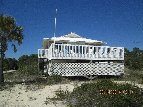 A beautiful, secluded and pet friendly beach awaits you on Saint George Island, location de vacances à St. George Island