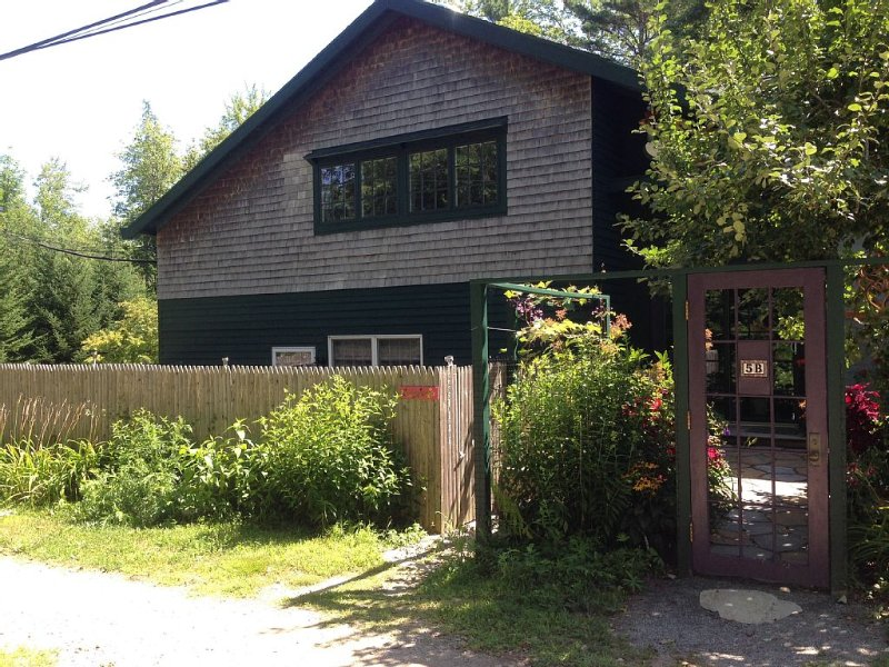 Private, beautiful, clean, cozy! 1.8 MILES TO ACADIA NT'L PARK -BEECH MTN TRAIL, location de vacances à Parc national d'Acadie
