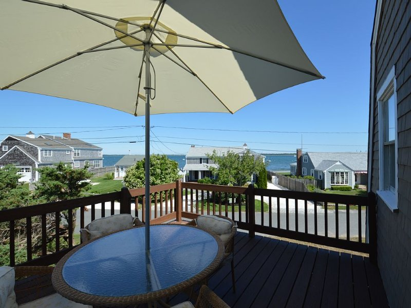 New to Market, Remodeled Steps to Private Beach & Water Views from Rooms & Decks, location de vacances à Cummaquid