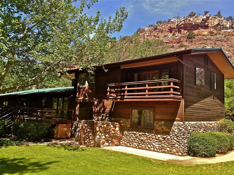 Private OAK CREEK Oasis In West Sedona On 2 Acres! 3000 sf house with creek!!, casa vacanza a Sedona