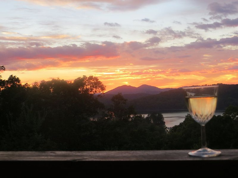 3/3 home with awesome views of mountains and lakes-Chrissy's Xanadu, aluguéis de temporada em Hayesville