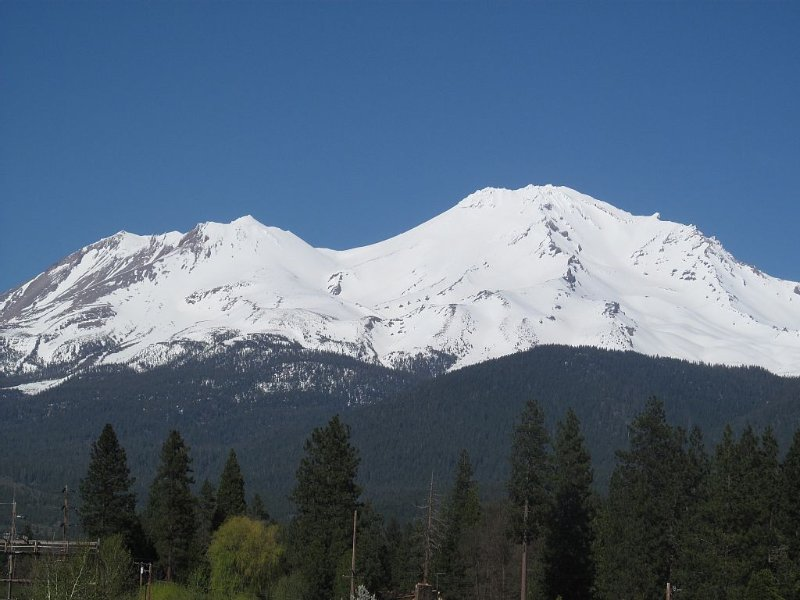Best views of the mtn and a private creek! Farm fresh veggies and eggs too., vacation rental in McCloud