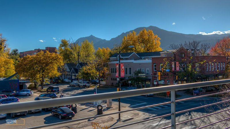 Luxury Loft/Executive Rental on Pearl & 20th w/Flatirons Views, holiday rental in Boulder