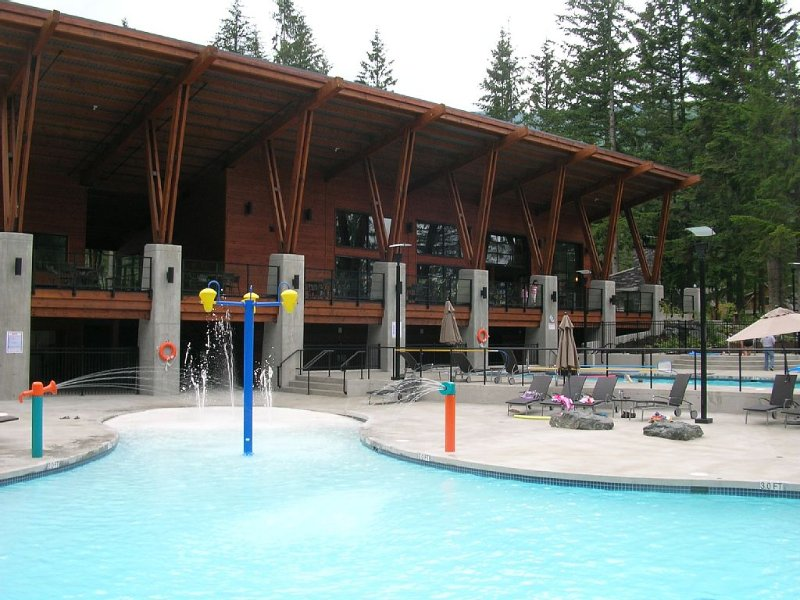 NEW Cultus Lake Cottage -3 bedroom, plus flex ; 3 bath; sleeps11; 2 living rooms, holiday rental in Abbotsford