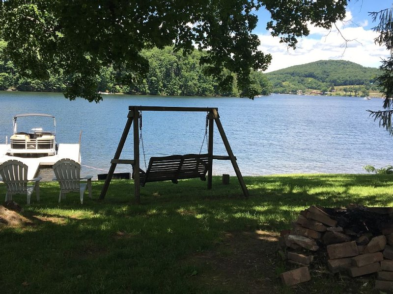 Lake Front 4 Bedroom Home With A Dock Centrally Located 5 Minutes To Wisp & Unos, location de vacances à Oakland