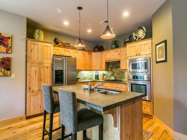 Beautiful townhome .5 mile walk to downtown Truckee! Clean and contemporary., holiday rental in Truckee