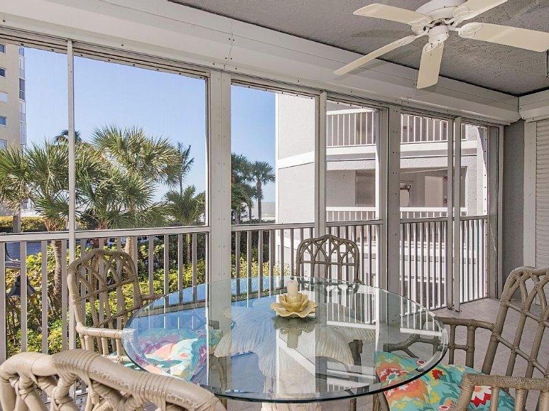 Located On Vanderbilt Beach in Naples.  Two Bedroom Condo In Smaller Complex., holiday rental in Vanderbilt Beach