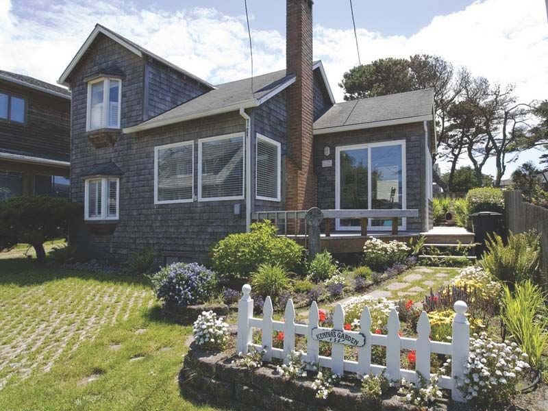 Historic Cannon Beach Home - 50 Steps From The Sand - West Presidential Streets, vacation rental in Cannon Beach