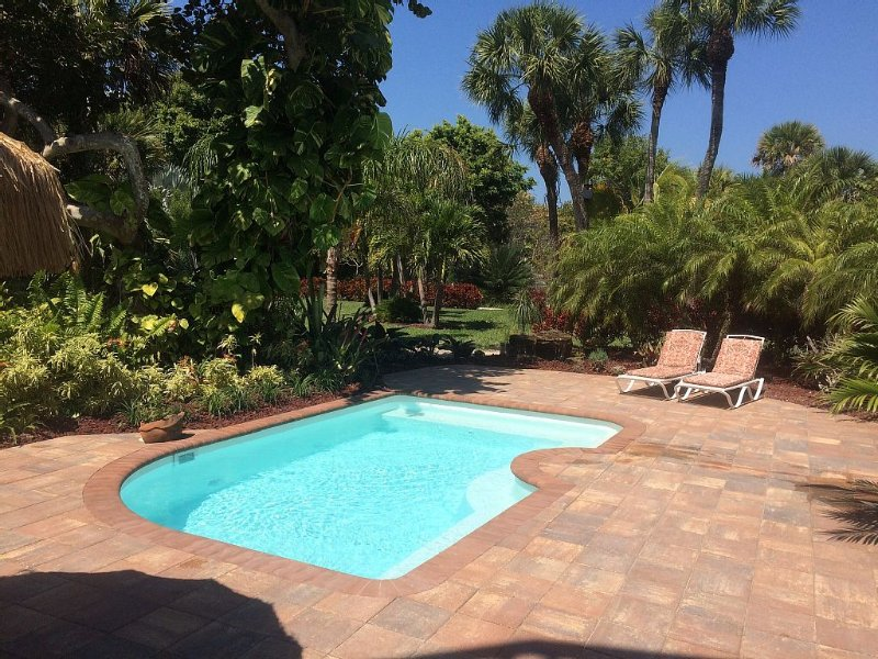 Secluded double lot. POOL.  PET FRIENDLY. BOAT DOCKAGE AVAILABLE., holiday rental in Captiva Island