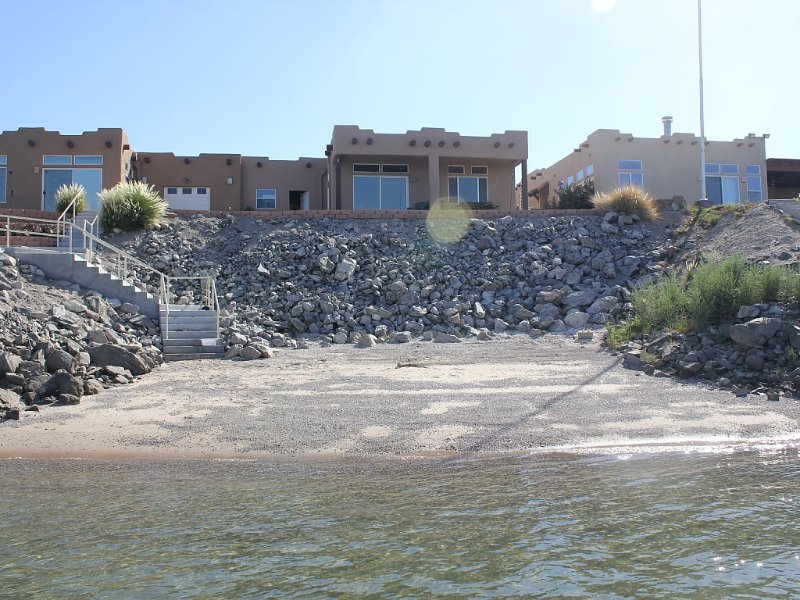 Waterfront Oasis On The Colorado River!, casa vacanza a Needles