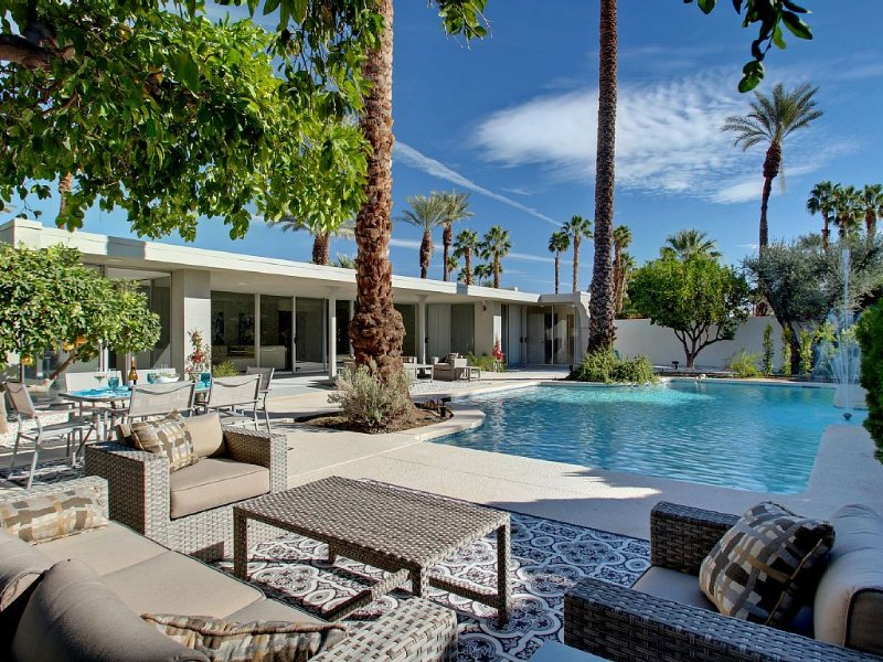Stunning South Backing Mid-Century Beauty With Pool & Mountain View, vacation rental in Indian Wells