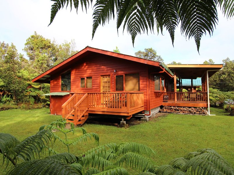Popular 3 bdrm 2 bath house minutes from Natl Park & Volcano Village, holiday rental in Volcano